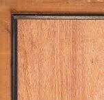 Des cornières anti-pinces au bord d'une porte