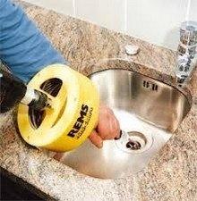 Débouchage d'évier au furet électrique
